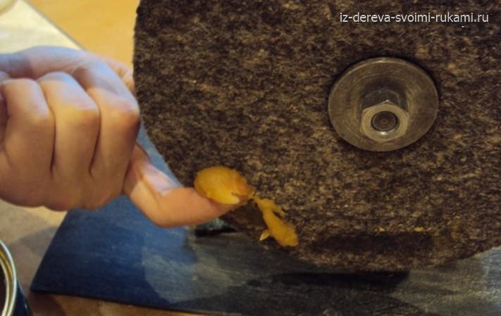 полировка дерева восковой мастикой на станке