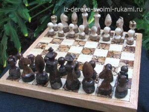 шахматная доска из спилов дерева