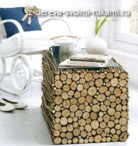 журнальный стол, декорированный ветками и спилами дерева