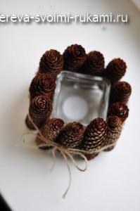 идеи новогоднего декора, подсвечник из шишек своими руками