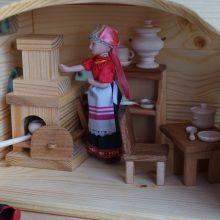 Игрушечная изба и домашняя утварь из дерева (5 фото)